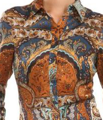 <p>Camisa em seda <strong>Guess by Marciano.</strong></p>