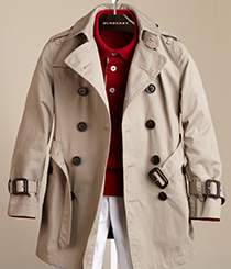 <p>Trenchcoat twill de rapaz <strong>Burberry</strong>.</p>